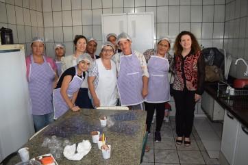 Primeira dama Salvania visita Oficina de Culinária do CRAS