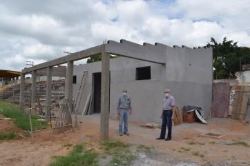 Prefeito Gilmar e Engenheiro José Nilson visitam obras de reforma do Estádio Municipal.